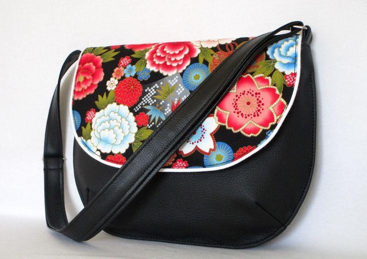 Besace en simili cuir noir et tissu japonais fleuri : Sacs bandoulière par au-fil-de-syl
