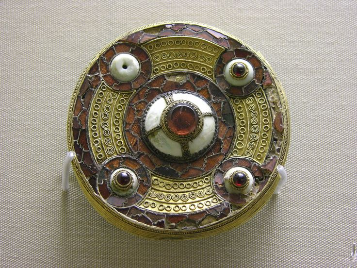 236 best anglo saxon 7th century images on pinterest anglo saxon ancient jewelry and antique - Cabinet anglo saxon paris ...