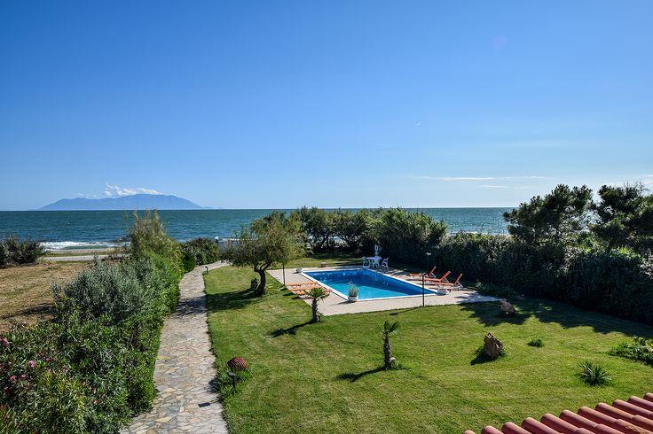 Εξωτερικός χώρος με πισίνα και θέα τη θάλασσα #efimesitiko #realestate #evros