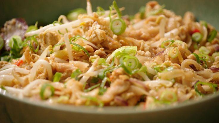 In een wok wordt alles snel en kort gegaard waardoor de vitamines behouden blijven. Deze Pad Thai is dus niet alleen snel klaar, maar ook gezond.