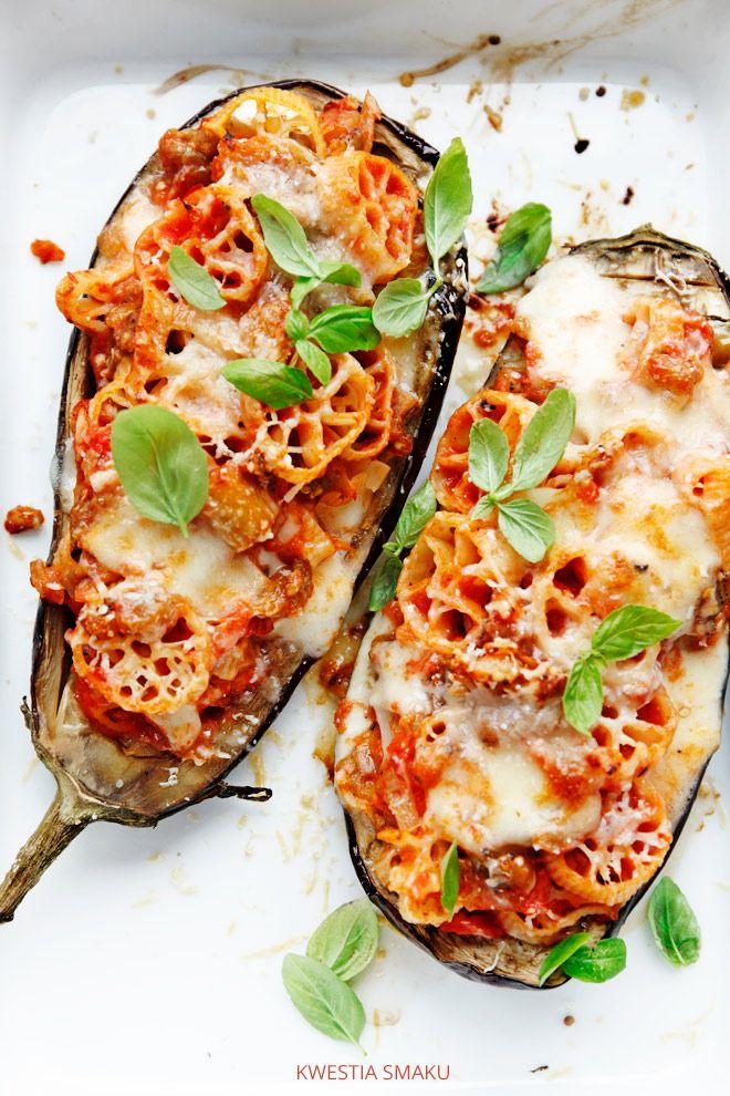 Bakłażan faszerowany makaronem, mozzarellą i pomidorami