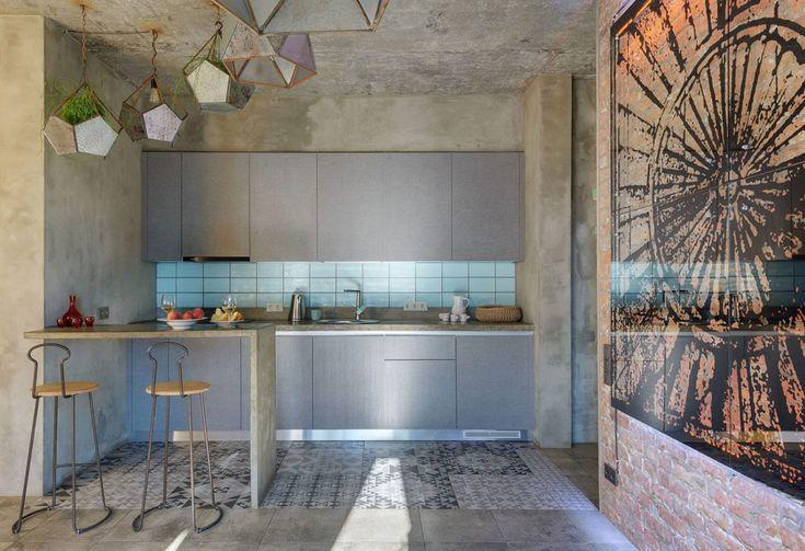 La cuisine de l'appartement suit le même style et se fond dans la grisaille recherchée du décor