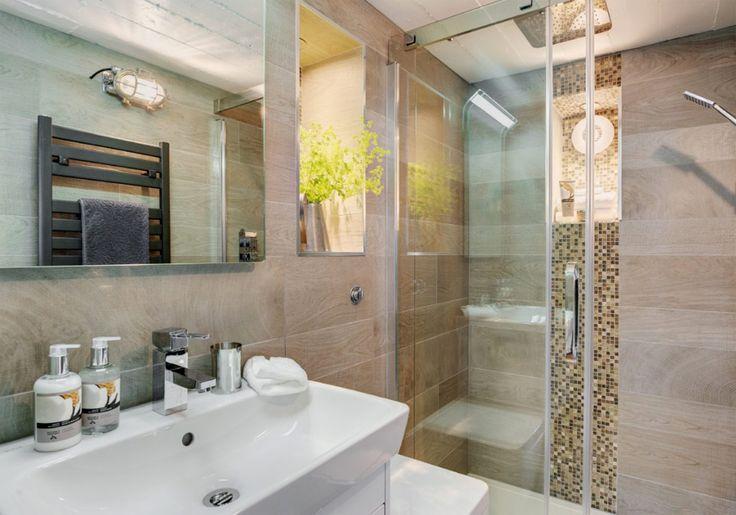ห้องน้ำแยกส่วนเปียกและแห้งออกจากกัน นอกจากนั้นยังเลือกใช้กระเบื้องลายไม้เพื่อให้ความรู้สึกใกล้ชิดธรรมชาติด้วยครับ