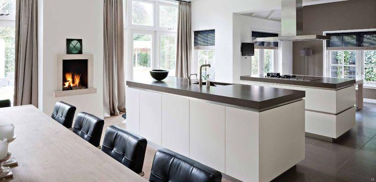 Moderne keuken in massief 3-laags eiken afgewerkt in kleur Farrow & Ball Pointing, werkbladen en vloer van composiet Ceasarstone Slate, kookschiereiland, spoeleiland, RVS terugvallende plinten en greeplijsten - The Living Kitchen by Paul van de Kooi
