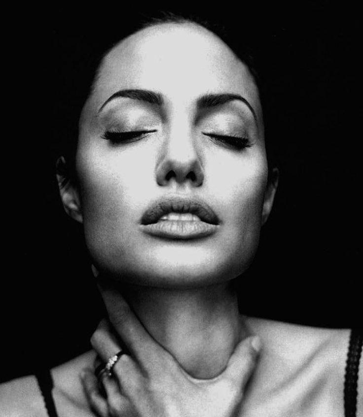 Анджелина Джоли уверена, что её развод с Брэдом Питтом был заранее предрешён https://dni24.com/exclusive/137693-andzhelina-dzholi-uverena-chto-ee-razvod-s-bredom-pittom-byl-zaranee-predreshen.html  Анджелина Джоли согласилась дать эксклюзивное интервью журналу Vanity Fair. Актриса откровенно рассказала о последних месяцах в браке, а также высказала мнение, что развод был заранее предрешён, так как отношения пары исчерпали себя.