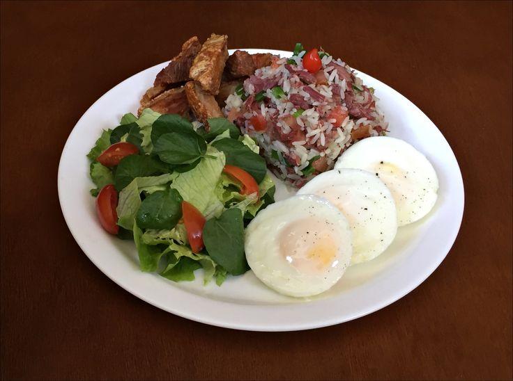 Arroz Carreteiro, Ovos Fritos, Torresmo e Salada de Agrião, Alface Americana e Tomate Cereja.