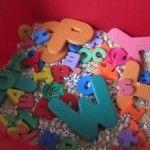 Letters in allerlei soorten, maten en kleuren door elkaar in een bak leggen. Als ondergrond eventueel mais, rijst, zand, enz. Kinderen laten spelen. Sorteren, woorden maken, enz.