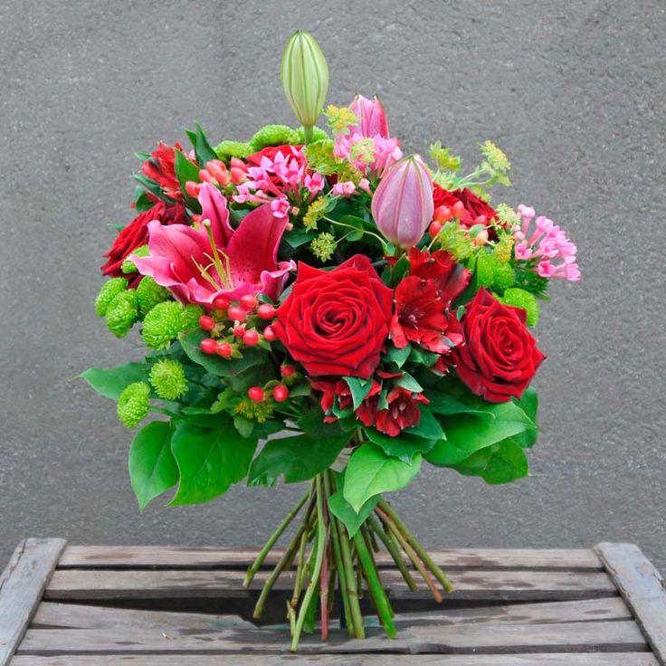 Envía este ramo de flores rojo intenso cargado de pasión. Está compuesto por lirios, cristantemo, rosas rojas, hypericum y buvardía. Envío a domicilio en Madrid