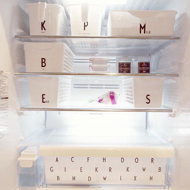 Instagram media by maynum00 - ・ やっと整理してラベル貼れた冷蔵庫も綺麗にしたよpic♥ ・ だってなんか汁物こぼれてたんだもん(笑)←あるあるw ・ いきつけのスーパーが火曜日Tポイント5倍(¥▽¥)なので、 火曜に1週間分買いだめ派! の為、月曜はちょうどすっからかん( :D)┸┓ワァー ・ 牛乳は1回6本買うんだけど、 1番上のダイソーのケースに、 牛乳3本シンデレラして感動(〃∀〃)笑 ・ あ、卵もピッタリだった! ・ おかず足りないのが嫌で、 いつも多めに作るから←母さんw 残り物入れるフリースペース多めにしました(・∀・)b ・ Bケースにはバターとチーズ入ってるけど、チーズラベル作り忘れ。 完。笑 ・ #掃除 #cleaning #冷蔵庫 #収納 #手作りラベル #モノトーン #monotone #ホワイトインテリア #whiteinterior #白黒 #白黒インテリア #whiteandblack #白黒グレー  #北欧インテリア #北欧雑貨 #手作り #ハンドメイド #handmade #夜な夜な図工部 #100均 #ダイソー…