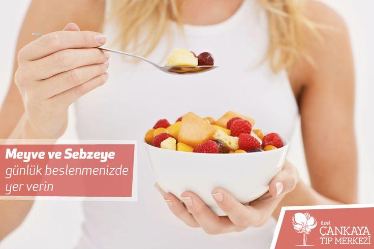 Sebze ve meyvelerde günlük beslenmemizde yer vererek; kalp-damar hastalıklarına karşı korunabilirsiniz.   Günde 3-4 porsiyon meyve, 2 porsiyon sebze günlük posa ihtiyacınızı karşılayabilir.  Beslenme ve Diyet Polikliniği  ➨ Uzm. Dyt. Fadime Gül ALKAYA #sağlıklıyaşam