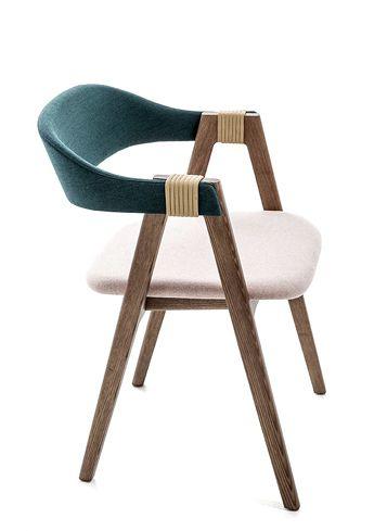 Patricia Urquiola nous livre une version actualisée et ultra stylisée du fauteuil en bois scandinave. La silhouette familière, ancrée dans la mémoire collective, se réinvente grâce à un superbe mix de matériaux et de couleurs ainsi que par des détails stylistiques forts. L'assise et le dossier sont recouverts de deux tissus Kvadrat aux couleurs et aux textures différentes.