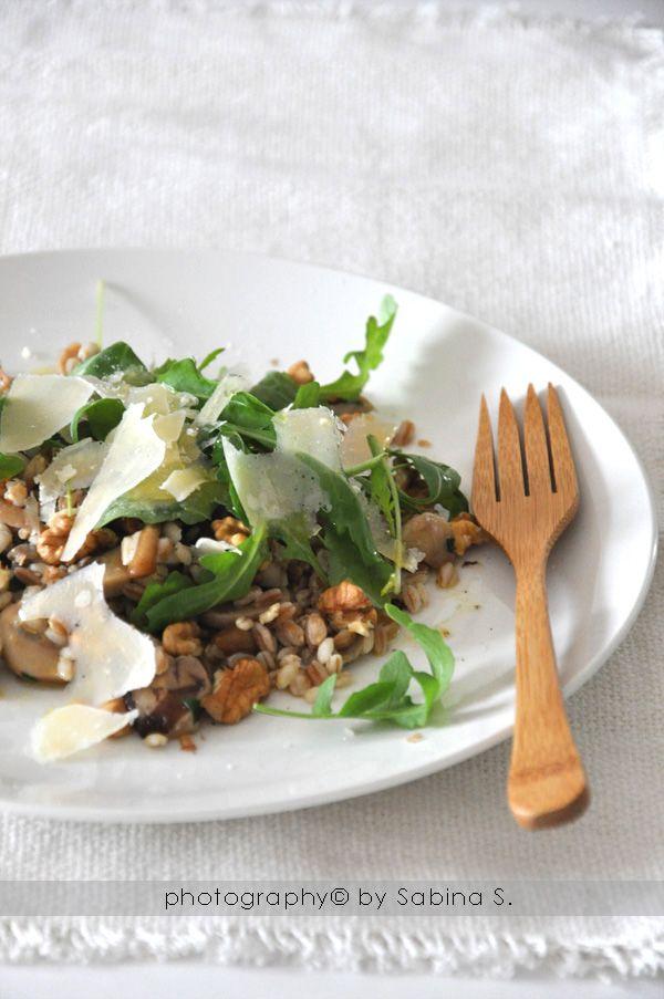 Insalata invernale tiepida con orzo, farro, noci e funghi (Due bionde in cucina)
