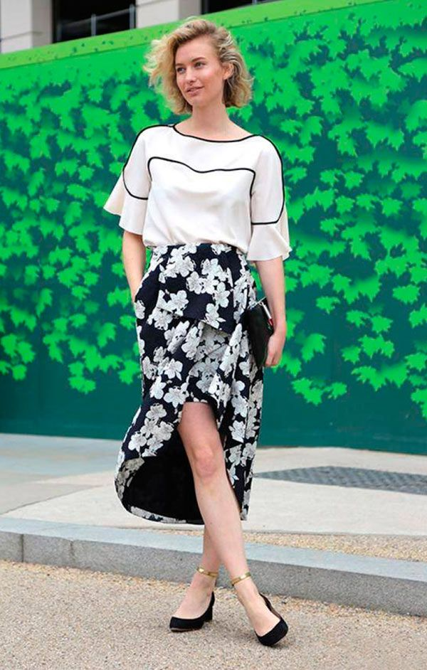 Street style look blusa branca, saia midi e sapatilha.