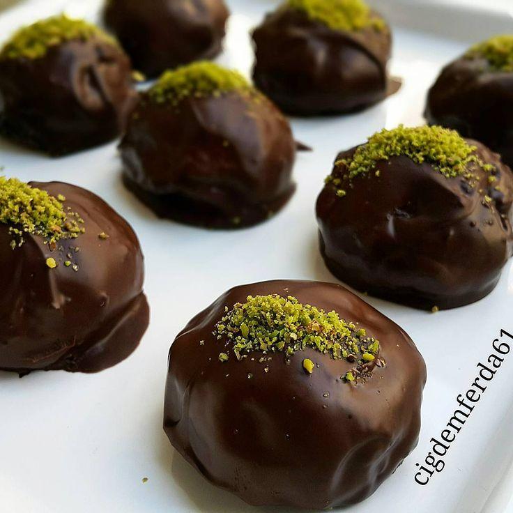 Muzlu Toplar Tarifi için Malzemeler   1 paket yulaflı bisküvi  1 adet büyük muz ya da 2 adet küçük muz  2 yemek kaşığı çikolatalı fındık kreması  Üzerini bulamak için;