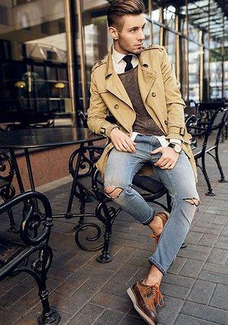 きれい目なベージュのトレンチにビンテージ感の強いダメージジーンズでカジュアルな着こなし。メンズ トレンチコートのコーデアイデア