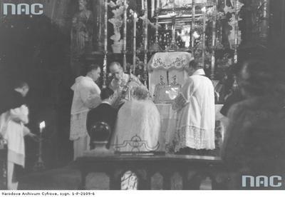 Ślub hrabiego Kazimierza Mycielskiego z hrabianką Różą Potocką u dominikanów w Krakowie. 25 stycznia 1939 r. Para młoda podczas ceremonii zaślubin w Kaplicy Matki Bożej.  #ślub #dominikanie #arystokracja #kraków