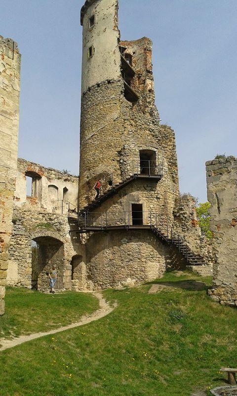 Mladá Boleslav je známá zejména díky společnosti Škoda auto, a.s., která zde má své sídlo. Ovšem průmysl není to jediné, proč se sem vydat. Krom poměrně nedávno zrekonstruovaného náměstí a moc hezkého parku Štěpánka je nedaleko také zřícenina Zvířetice ze 14. století. Zřícenina se tyčí nad vesnicí Podhradí a je krásně vidět i ze silnice…