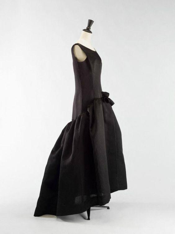 Cristobal Balenciaga (1895-1972).  Robe, 1963, Gazar noir. Collection Palais Galliera © Julien Vidal / Galliera / Roger-Viollet