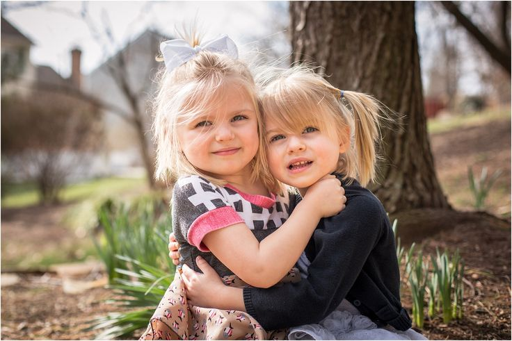 Twin sister posing, Outdoor Photography, Family Photography
