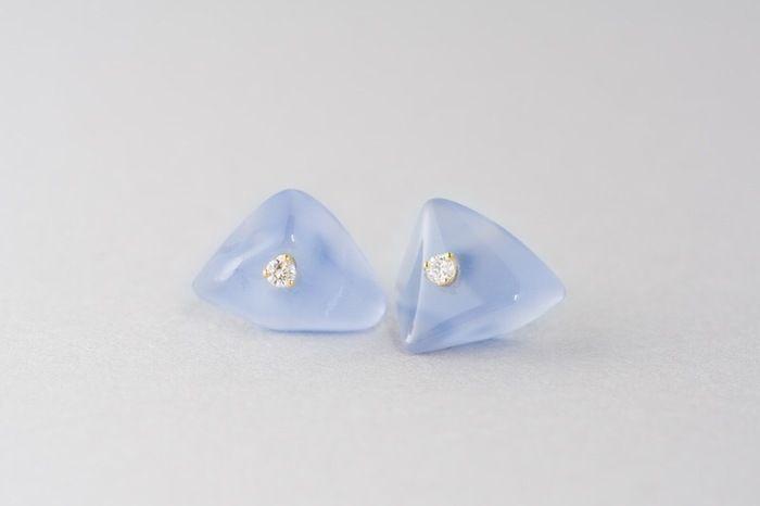 グレイッシュなブルーが愛らしいカルセドニーにダイヤモンドを一粒乗せた、冬らしいカラーのピアスです。原石の形をいかしたカッティングなので、ふたつとして同じ形状のものはありません。自然からの贈り物をそのまま身につけているような、ナチュラルな雰囲気が魅力です。