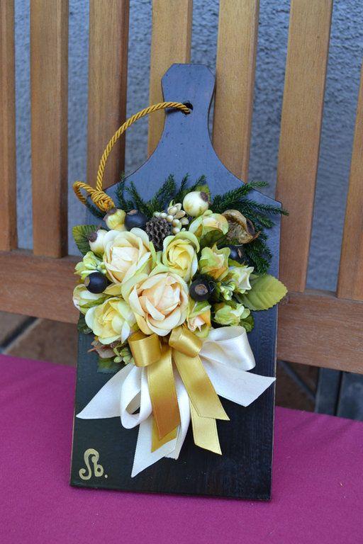 TAGLIERE GRANDE - Mod. 01 - PatriziaB.com  Sfizioso tagliere di legno da appendere in cucina, finemente decorato con maestria assemblando roselline in stoffa, bacche e nastri di seta