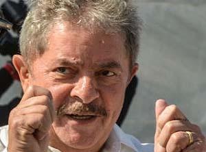 """Chave de hospício – Lula continua fugindo da impressa, mas diz que essa não lhe dá espaço. Por causa da fuga que dura mais de três meses, o ex-metalúrgico agora se manifesta apenas por meio de notas, artigos e discursos direcionados.    Na tentativa de defender Hugo Chávez, cuja morte foi anunciada oficialmente na terça-feira (5), Lula escreveu, em artigo publicado no jornal """"The New York Times"""", que a história apontará o papel do caudilho bolivariano na integração da América Latina, durante…"""