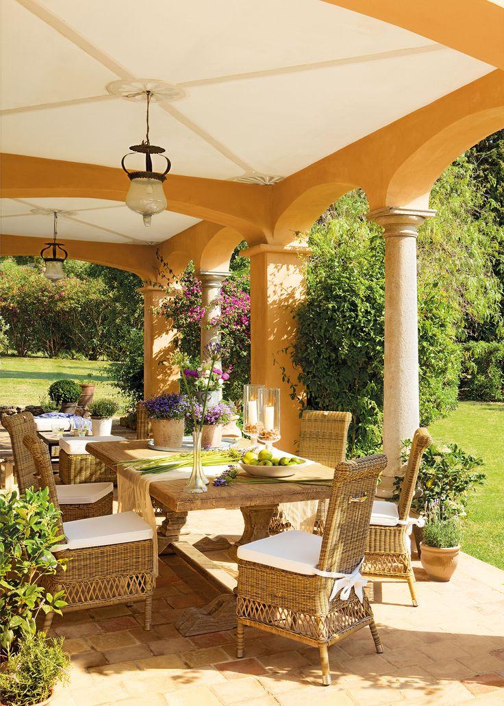 Comedor de exterior en porche pintado de ocre 00320655 el mueble pinterest comedores - Comedores exteriores para terrazas ...