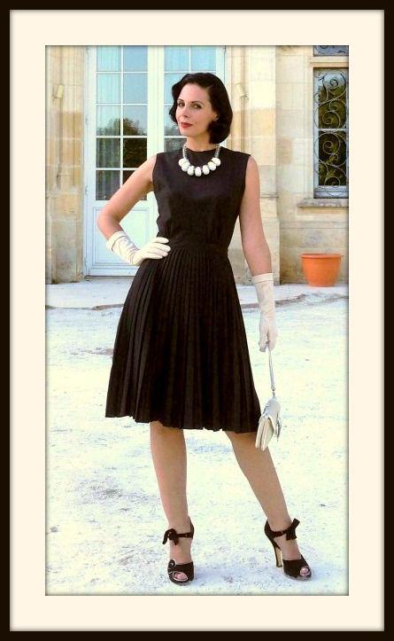 Tenue rétro en noir, beige et blanc avec une robe vintage plissée, des gants, un collier à grosses perles, un petit sac et des escarpins glamour! missretrochic.com