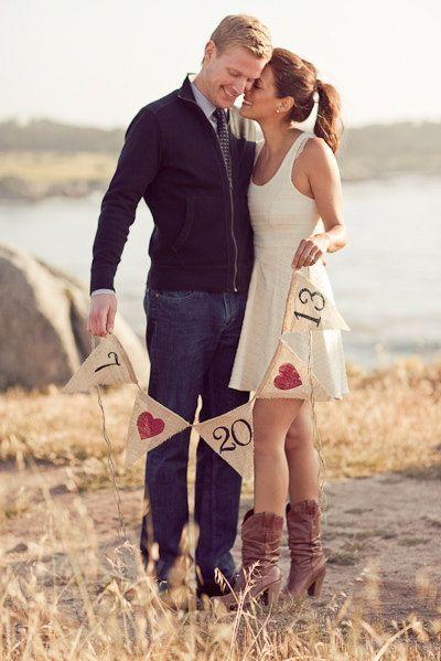 Speichern Sie das Datum Sackleinen Banner... Eigenbau bestellen wie SIE möchten, mit Ihrem Stil! Kunden bestellte dies für ihre Save the Date für Engagement Hochzeit Foto Ankündigungen. Sie können wählen, welche Farbe Farbe für die Zahlen Sie mag (schwarz, Creme und weiß aussehen schön) und die Herzen in Ihre Hochzeit/Bridal-Farben anpassen oder wählen Sie ein anderes Logo (Beispiel Seestern wenn eine Strandhochzeit mit Anker, Herzen, etc.). Das ist Euer Tag, so dass Sie zu Ihrem Thema und…