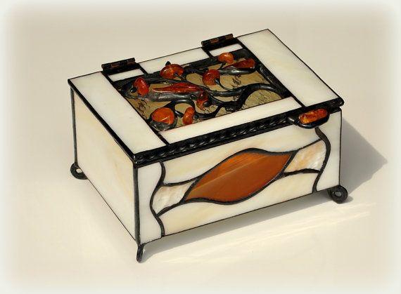 Gebrandschilderd glas sieraden doos versierd met Baltische barnsteen. De gift van de dag van de moeders.
