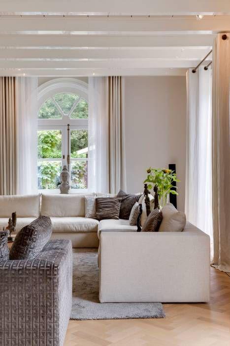 italiaans design in een klassieke omgeving: moderne Woonkamer door choc studio interieur