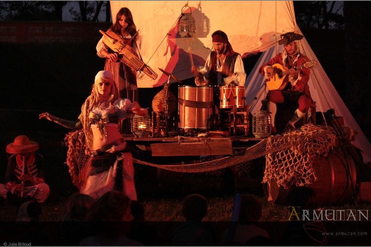 ©#armutan ©#juliebilloud #radeau #pirates #musique #nickelharpa #concert #BOO #costumes