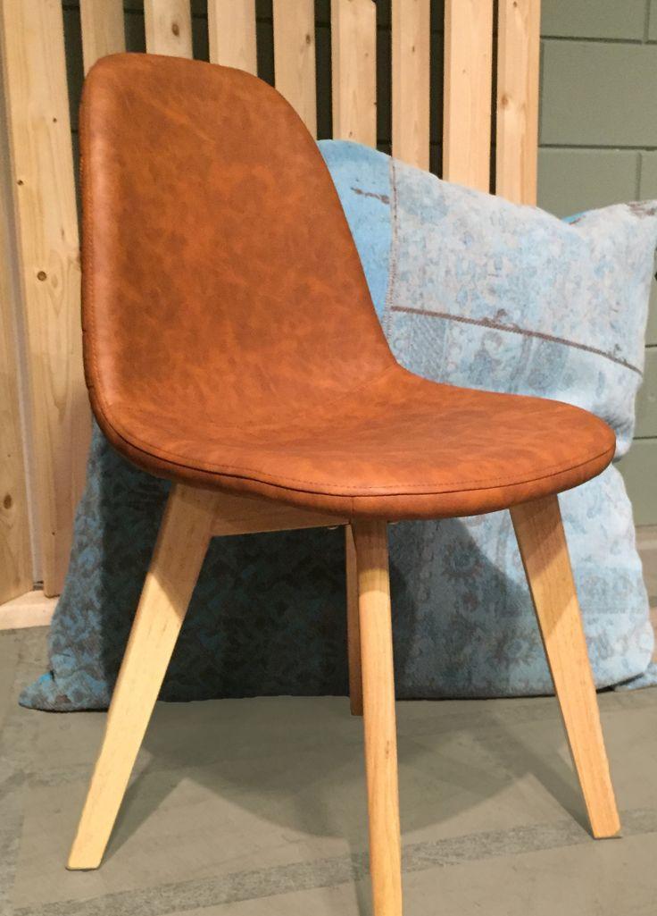 Eetkamerstoel Urban is een stoere kuipstoel. De brede houten poten en de PU-lederen kuip geven de stoel een robuuste, stoere look. Tegelijkertijd heeft de eetkamerstoel een strakke vormgeving waardoor deze een rustieke uitstraling heeft en makkelijk te combineren is bij verschillende stijlen. Door de ronde vormen heeft de eetkamerstoel een perfect zitcomfort. https://www.dok2.nl/eetkamerstoel-urban-vintage-pu-cognac #cognac #stoer #chair #zitten