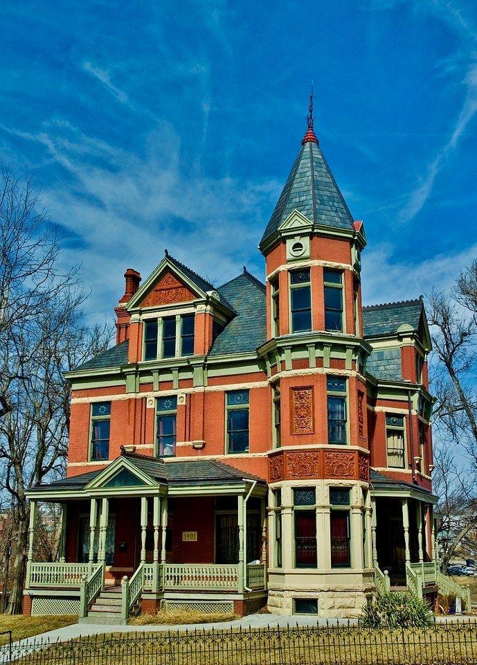 Оранжевый дом в викторианском стиле с узорами