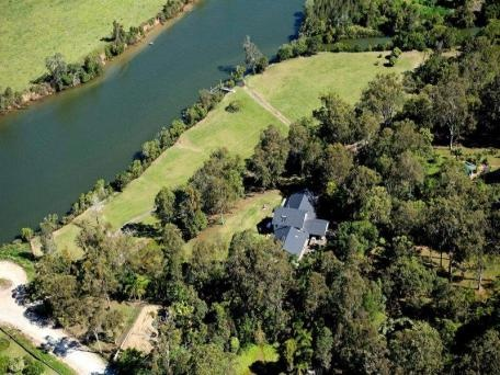 7.9 acres with over 300mtrs exclusive Coomera River frontage with direct Broadwater access :