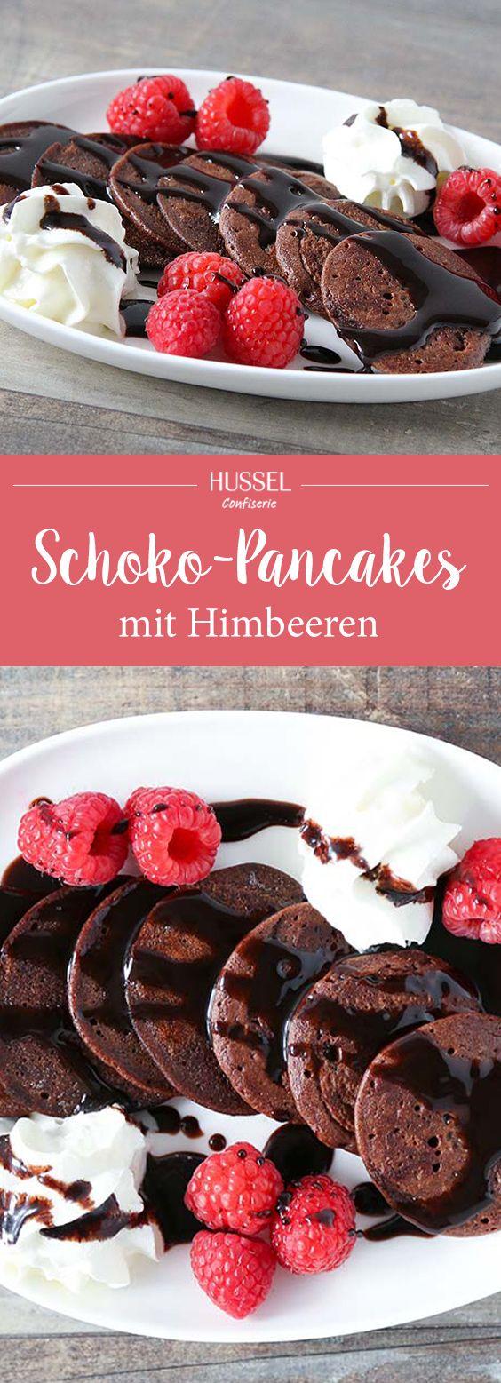 Saftige Pancakes mit bestem Kakao, serviert mit frischen Himbeeren und feiner Schlagsahne. Das perfekte Frühstück oder ein köstliches Dessert.