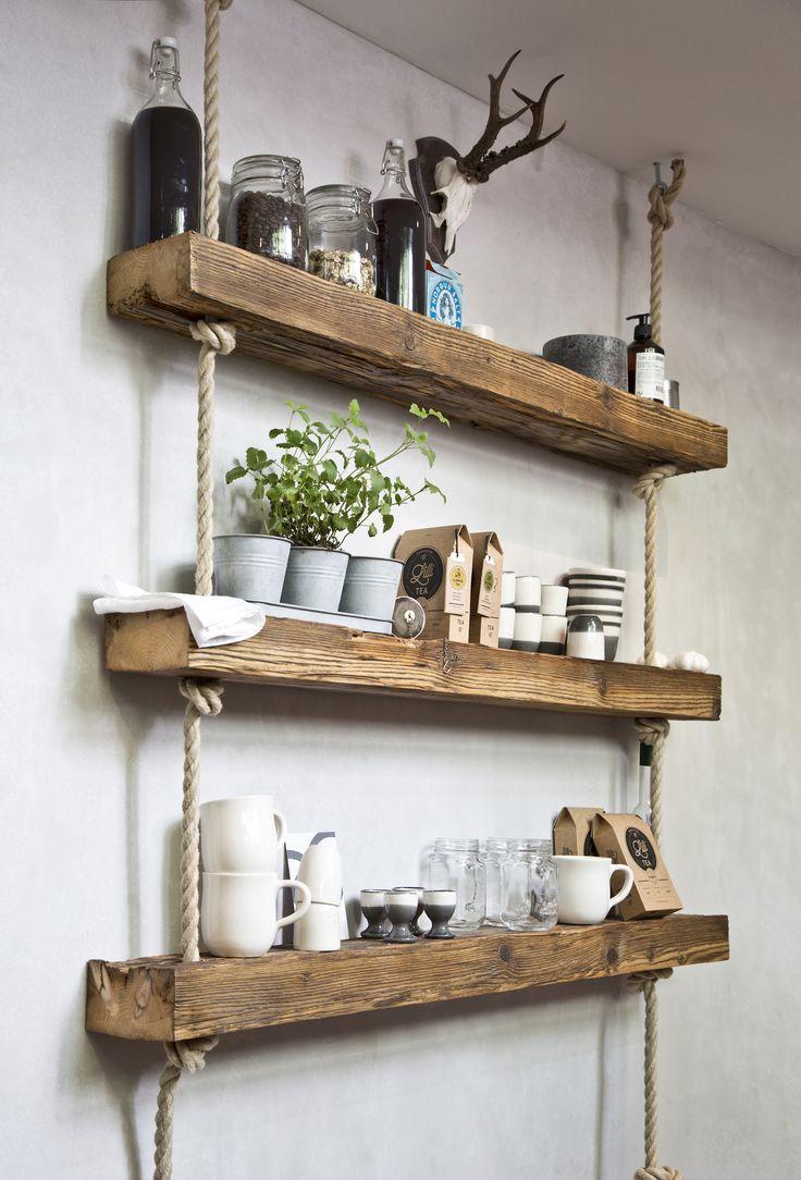 Simpel und doch so schick.  Ein Regal aus alten Holzbalken selbst zu machen, finden Wir ein tolles DIY.  Dazu noch schönes Geschirr mit Kräutern dekorieren und fertig ist das super stylische Hängeregal.