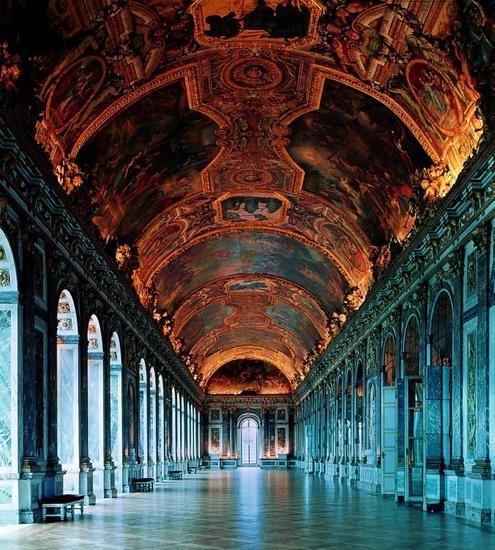 Frankrig. Festsalen i slottet i Versailles, det 73 m lange  Spejlgalleri, blev opført 1678-84 i barok under Ludvig 14. af arkitekten Jules Hardouin Mansart, mens maleren Charles Le Brun stod for den overdådige udsmykning af loft og vægge. Ned igennem salen, der følger slottets vestfacade, er anbragt sytten spejle, hvis rytme gentages i salens modsatte side af de store, rundbuede vinduer ud imod haven.