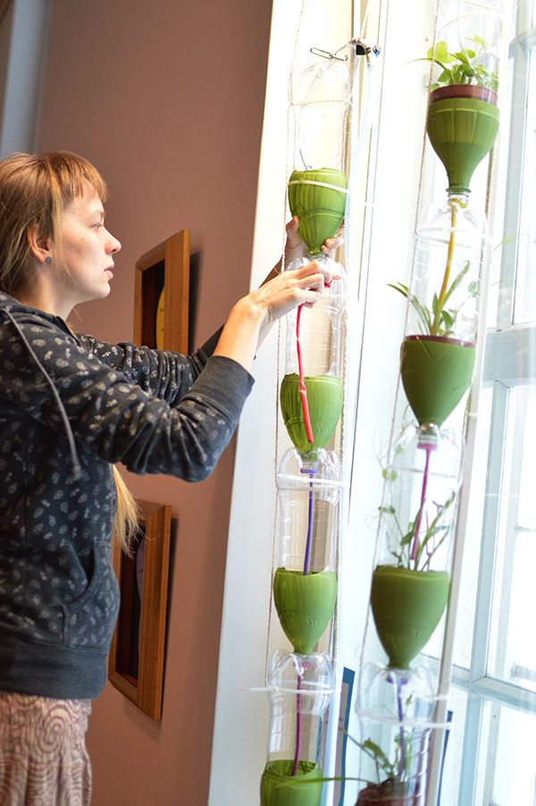 Laitimmaiset tornit valmistellaan käyttökuntoon, jotta niihin voidaan tuoda pian kasveja. Oulu (Finland)