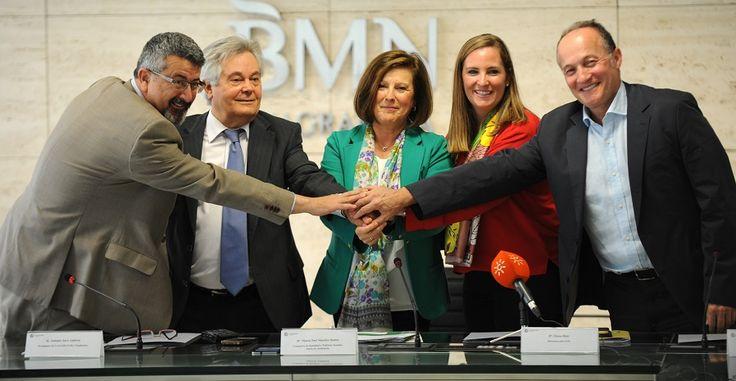 GRANADA.La consejera de Igualdad y Políticas Sociales firma un convenio de colaboración con CajaGranada para el desarrollo de actividades culturales.