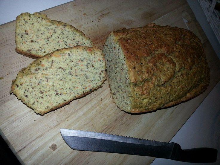 Paleo groentebrood. 150 gr amandelmeel, 150 gram quinoameel, 50 gr lijnzaad, 150 gr geraspte courgette, 130 gr geraspte wortel, 3 eieren, beetje water, zout, peper, italiaanse kruiden. 1 uur in de oven op 180 graden.