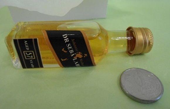 * preço para 100 Unidades *    Mini Garrafa Whisky Black Label Personalizado.    Garrafa em vidro com capacidade de 20 ML.    Tamanho: 9cm altura x 2,5 largura    Rótulos em papel adesivo foto de alta qualidade e impermeável.    *** Produto sem conteúdo. A garrafinha será enviada vazia.    Ideal para lembranças em chá bar, lembranças corporativas, aniversários e casamentos.    obrigado por sua visita!    um abraço  Marcelo e Lucimara R$ 233,00