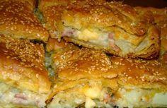 1 πακέτο σφολιάτα    4 πατάτες μέτριου μεγέθους    8 φέτες μπέικον ψιλοκομμένο    1 κρεμμύδι ψιλοκομμένο    2 κ.σ βούτυρο    1 φλ. τσαγιού κρέμα γάλακτος    250γρ διάφορα τυριά τριμμένα που να λιώνουν    Λάδι για το άλειμμα των φύλλων    Σουσάμι    Εκτέλεση:    Καθαρίζουμε τις πατάτες, τις πλένουμε και τις βράζουμε
