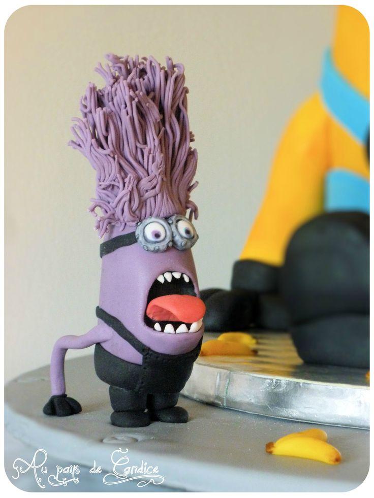 Modelage méchant minion violet en pâte à sucre.