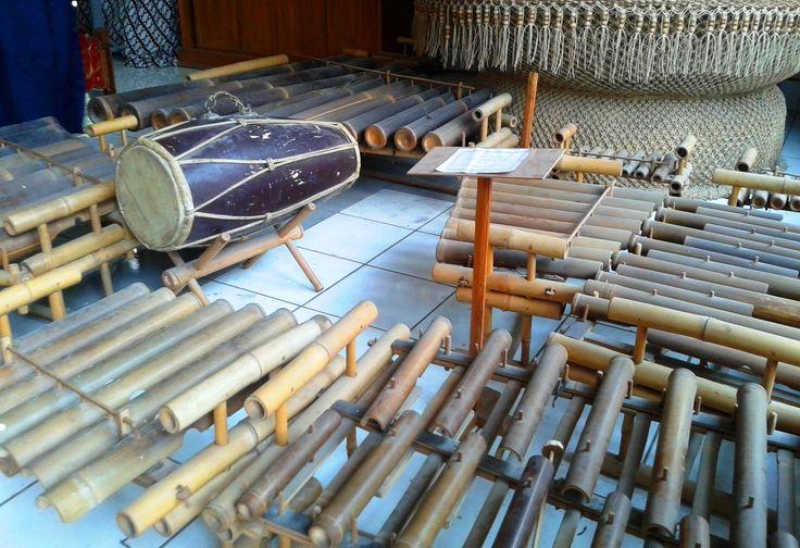 Alat musik Krumpyung merupakan alat musik khas Kulonprogo yang berkembang di Hargowilis, Kokap. Alat ini biasanya mengiringi langgam Jawa, uyon uyon dan campursari. Dibunyikan dengan cara dipukul namun ada juga yang ditiup