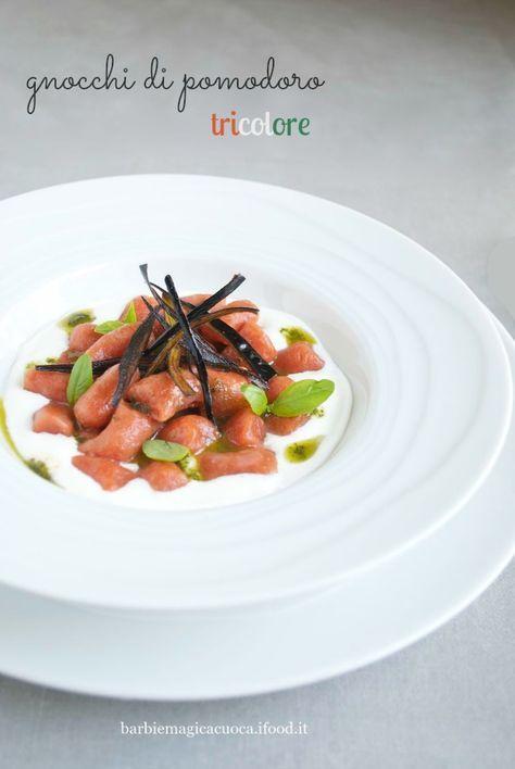 Gli gnocchi di pomodoro tricolore su crema di burrata con emulsione al basilico e chips di bucce di melanzane sono un primo piatto vegetariano davvero semplice, ma gustoso e d'effetto.