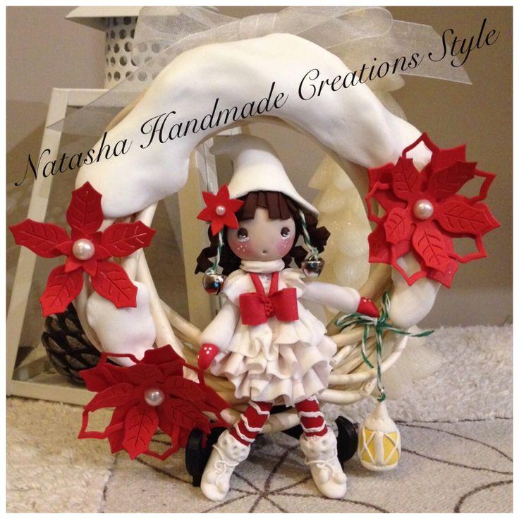 Gnometta con lanterna, seduta su ghirlanda innevata, creazione in porcellana fria!
