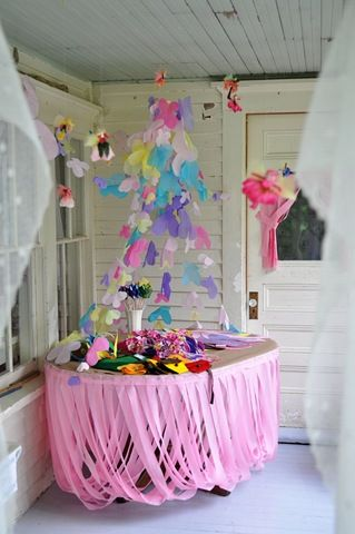 Cool table skirting. Cut streamers all the same lenght then attached in overlapping 'U' shapes. Easy!