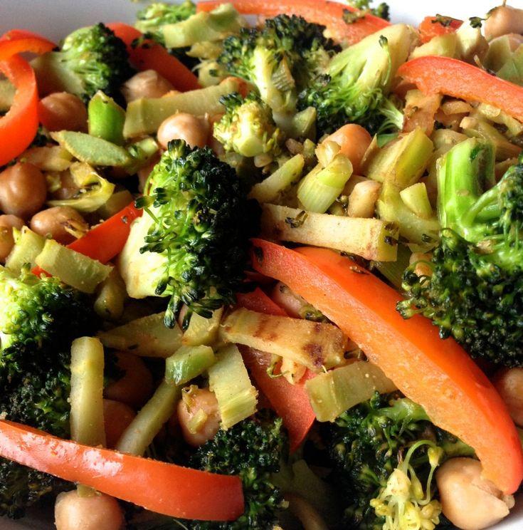 Lækker opskrift på broccoli med kikærter og spidskommen. En lækker grøntsagsret, der mætter godt.