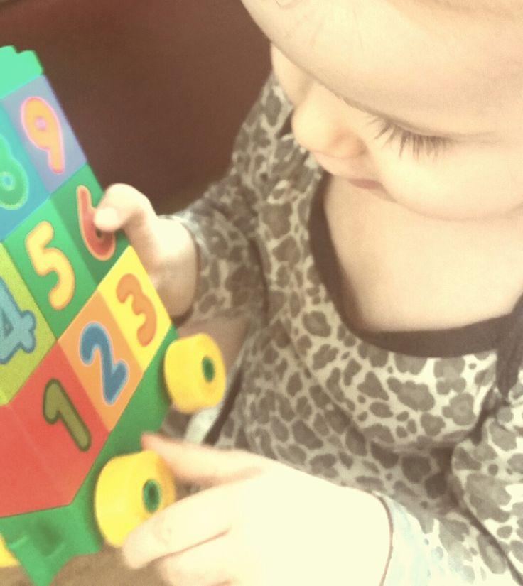 #LEGODUPLO, #BawiIUczy, #SwiatLEGODUPLO, #KreatywnoscMaluszka @Streetcom Uczymy się cyferek!   #pociagzcyferkami